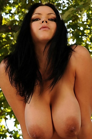Black-haired Busty Babe Shione Cooper Posing Outdoors Naked
